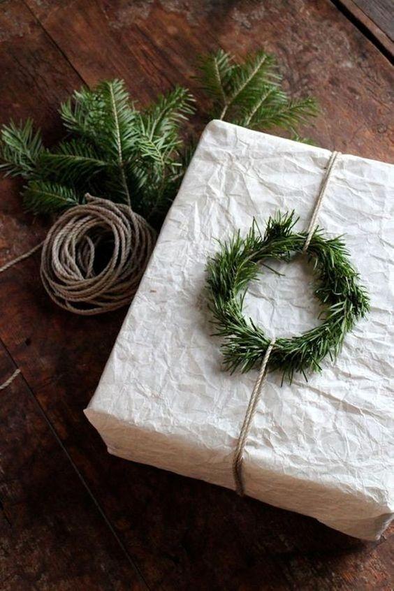 Minikrans gjort av en grankvist att pimpa dina julklappar med